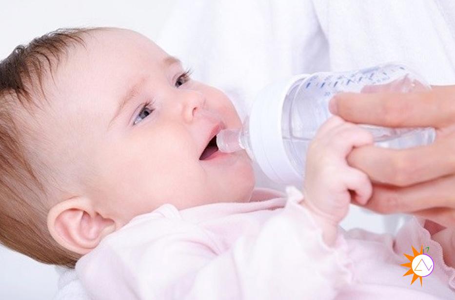 Trẻ dưới 6 tháng có nên cho uống nước không